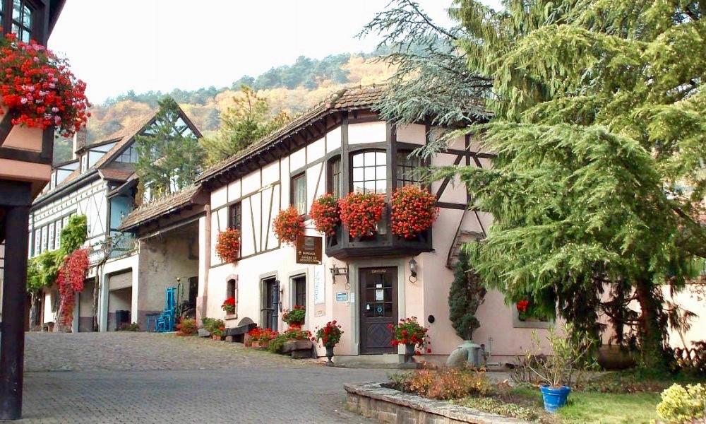 Utsikt över innergården hos Kuentz-Bas med gamla timmerhus i Alsacisk stil