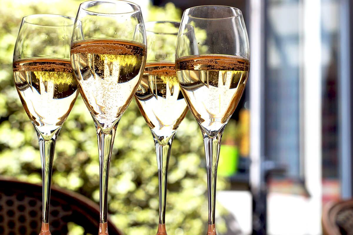 Champagneglas med pärlande champagne