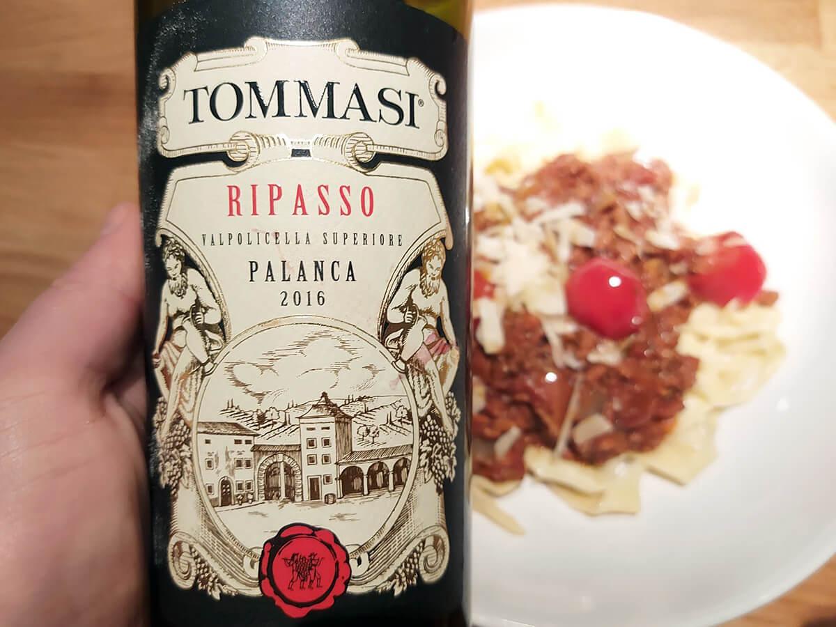 Den hemmagjorda pastan är klar med sås, ovanför visas ett vin som passar till maträtten