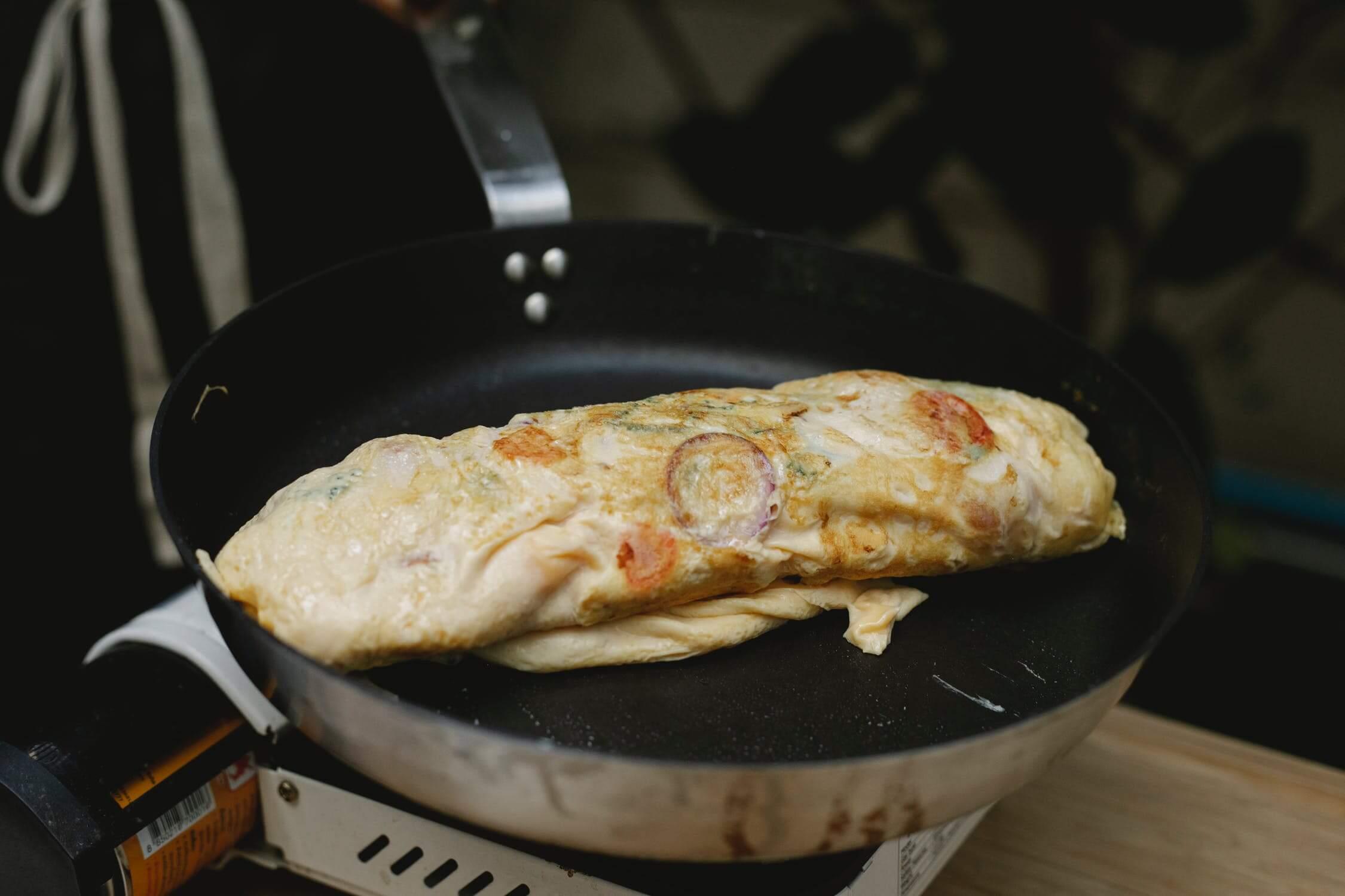 Klassisk omelette på stekpannan.