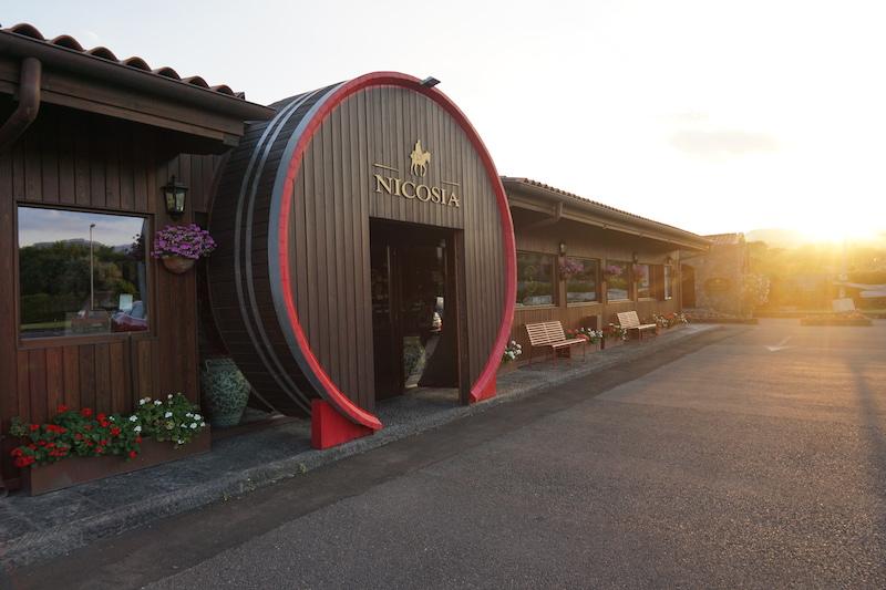 Ingång vid vingården Cantine Nicosia nära Etna på Sicilien i Italien.