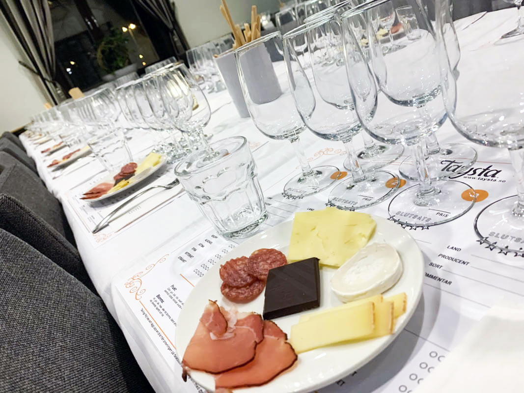 Ett uppdukat bord med ölglas och tilltugg inför kvällens provning
