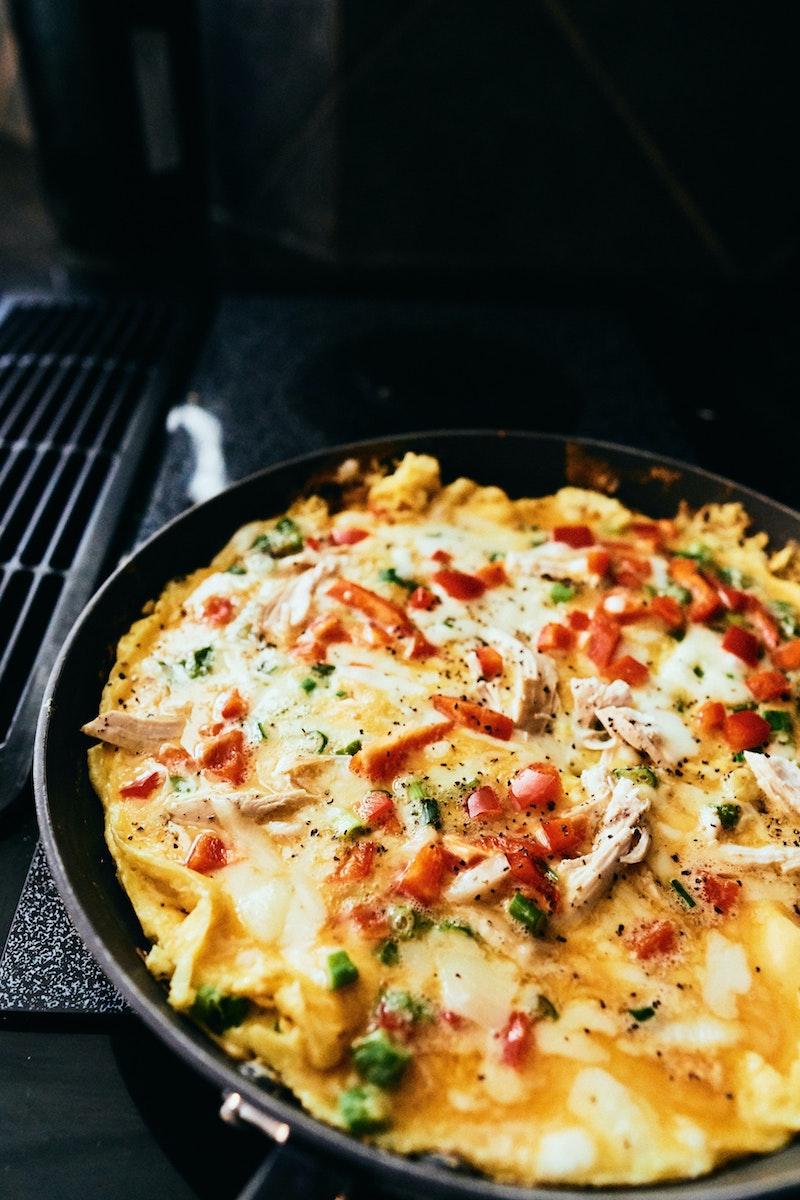 Omelett med ost, paprika och kyckling
