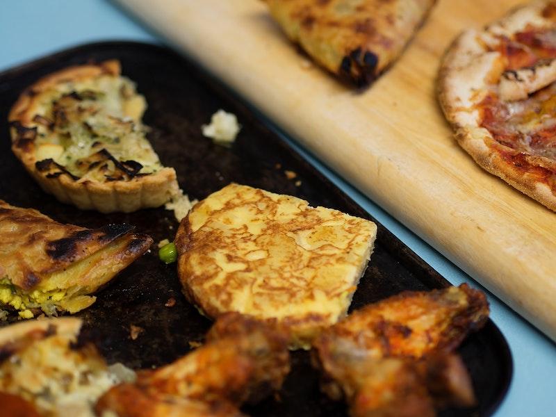 Omelett med potatis och olika pajer på ett fat