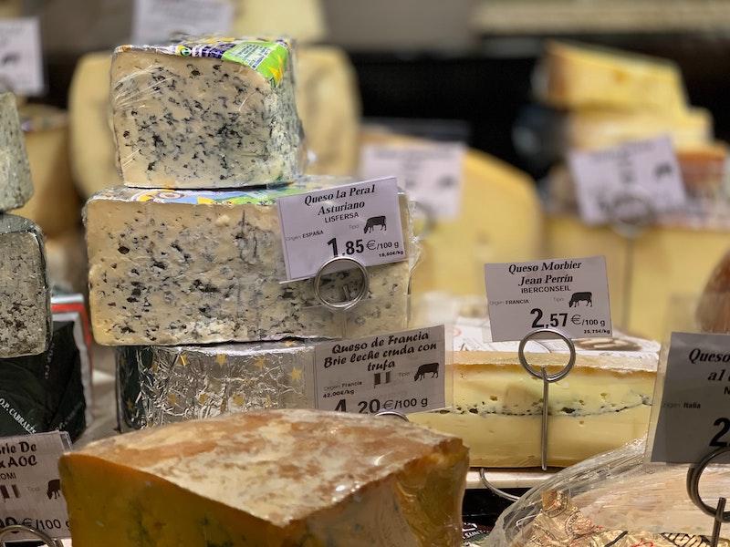 Olika ostar som grönmögelost, kittost och hårdost
