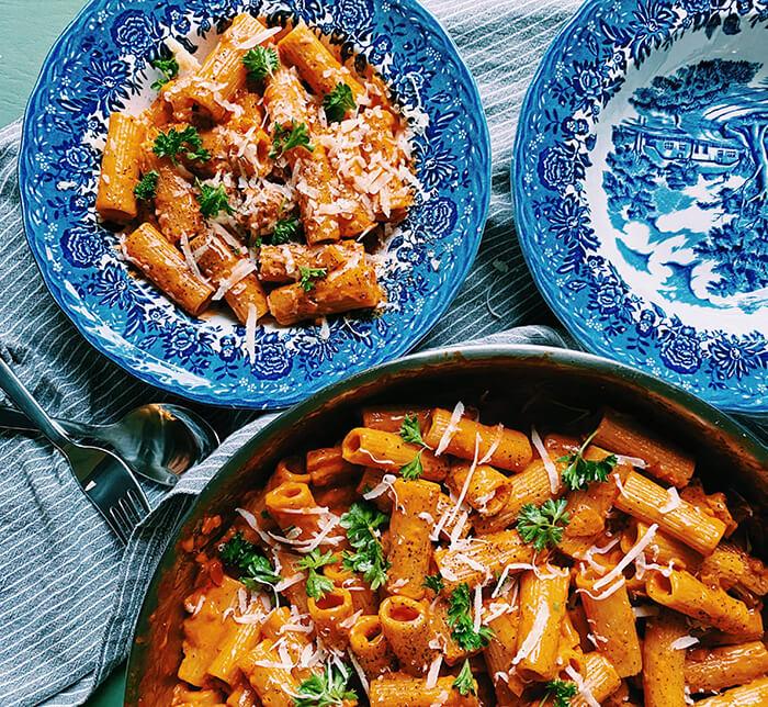 Pasta med tomatsås i stekpanna perfekt till årets bästa röda vin