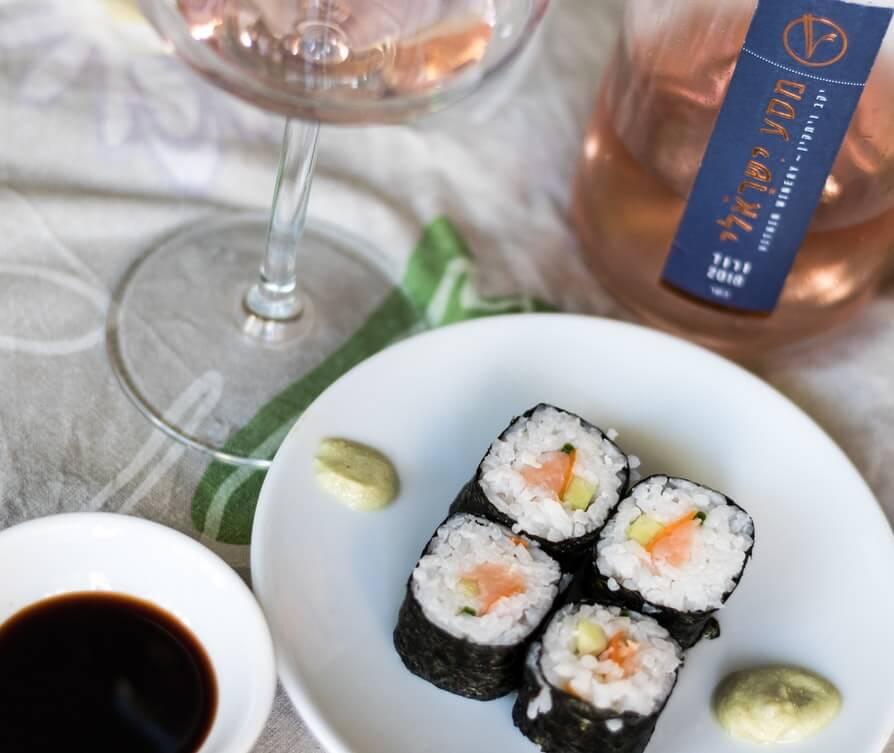Ett glas rosévin med sushi.