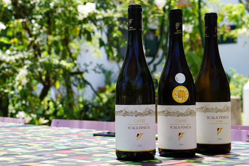 Scala Fenicia vinflaskor på bordet.