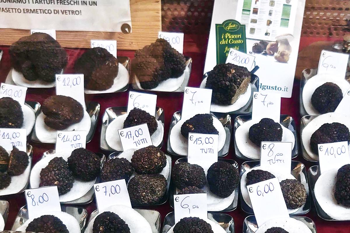Försäljning av diverse tryffelsvampar i Alba