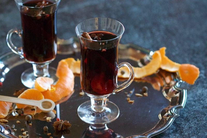 Kryddat vin till julmaten serverat på en bricka
