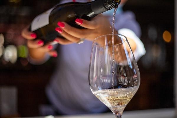 Vinflaska och glas.