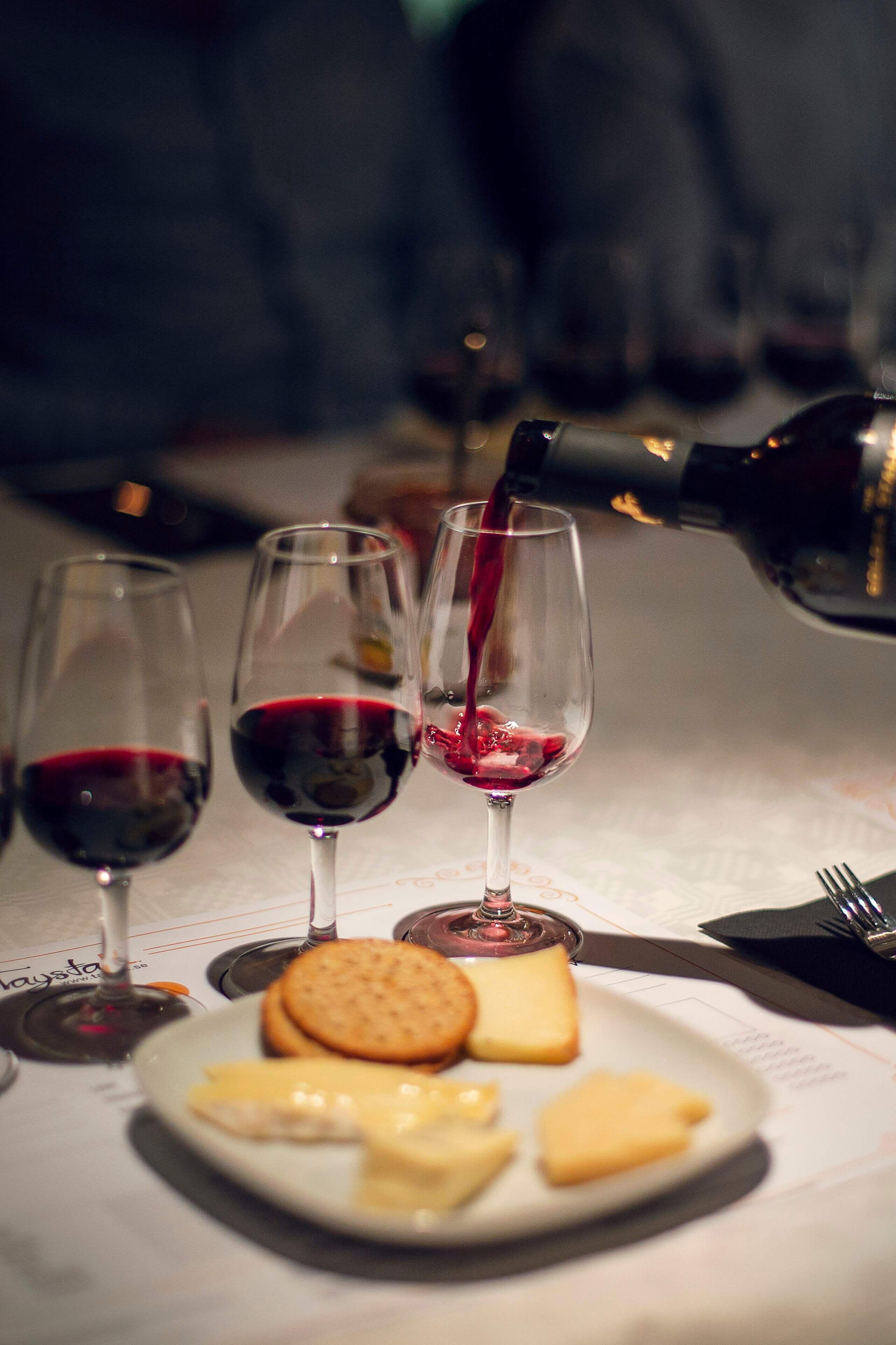 Häller rött vin i vinglas