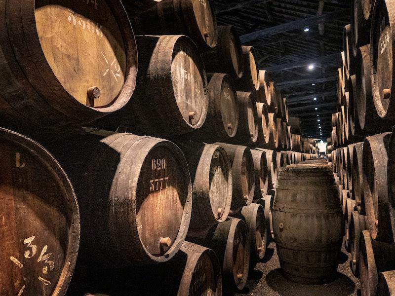 Gamla vintunnor med portvin i en vinkällare