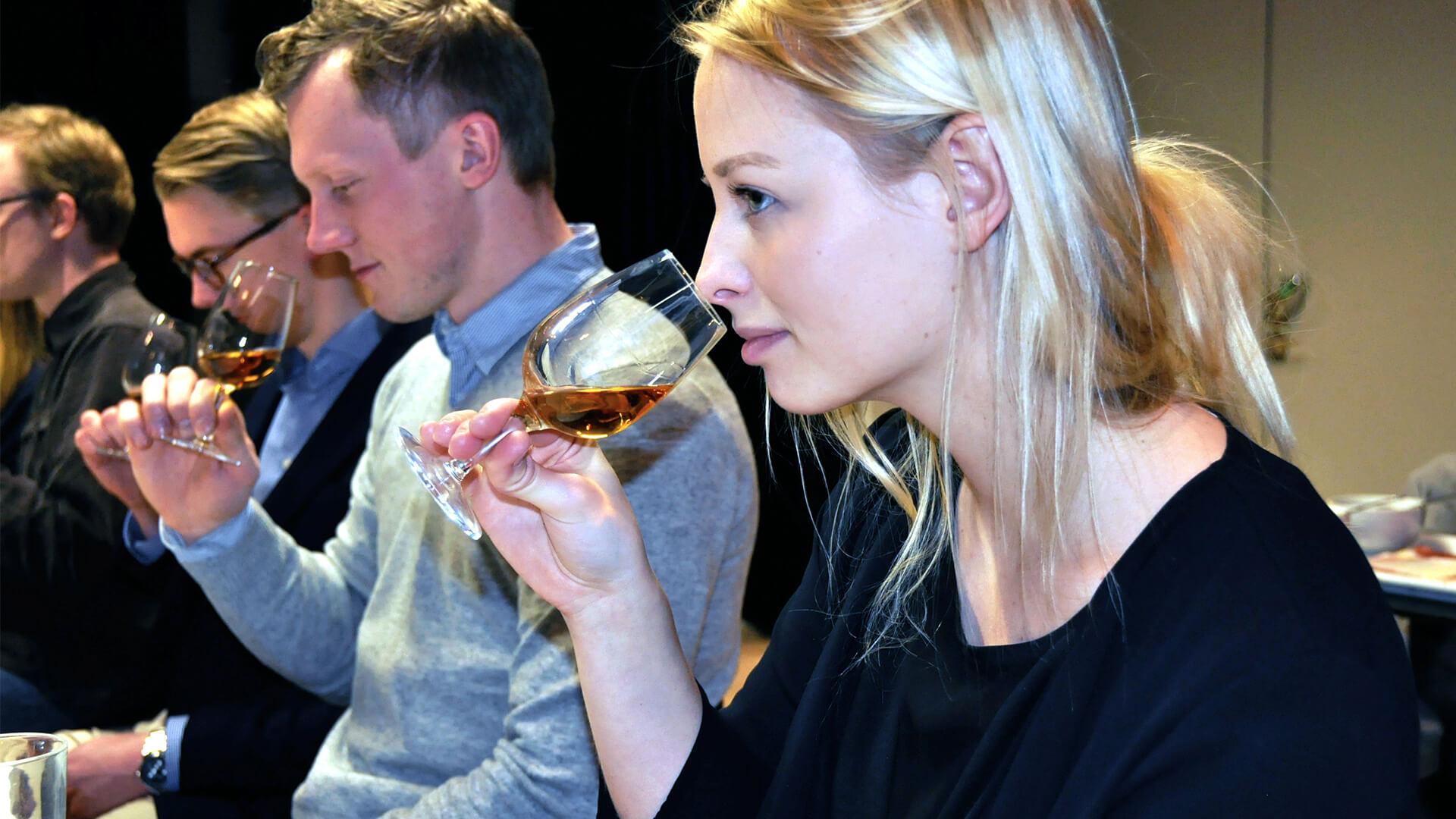 Ett deltagare doftar på lagrade viner under ett privat event
